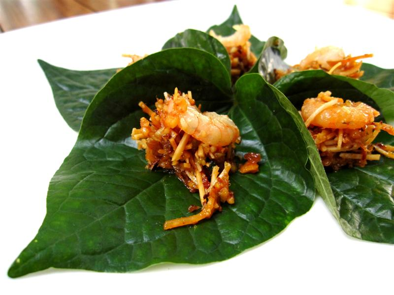 prawn pomelo with peanut served on betel leaf